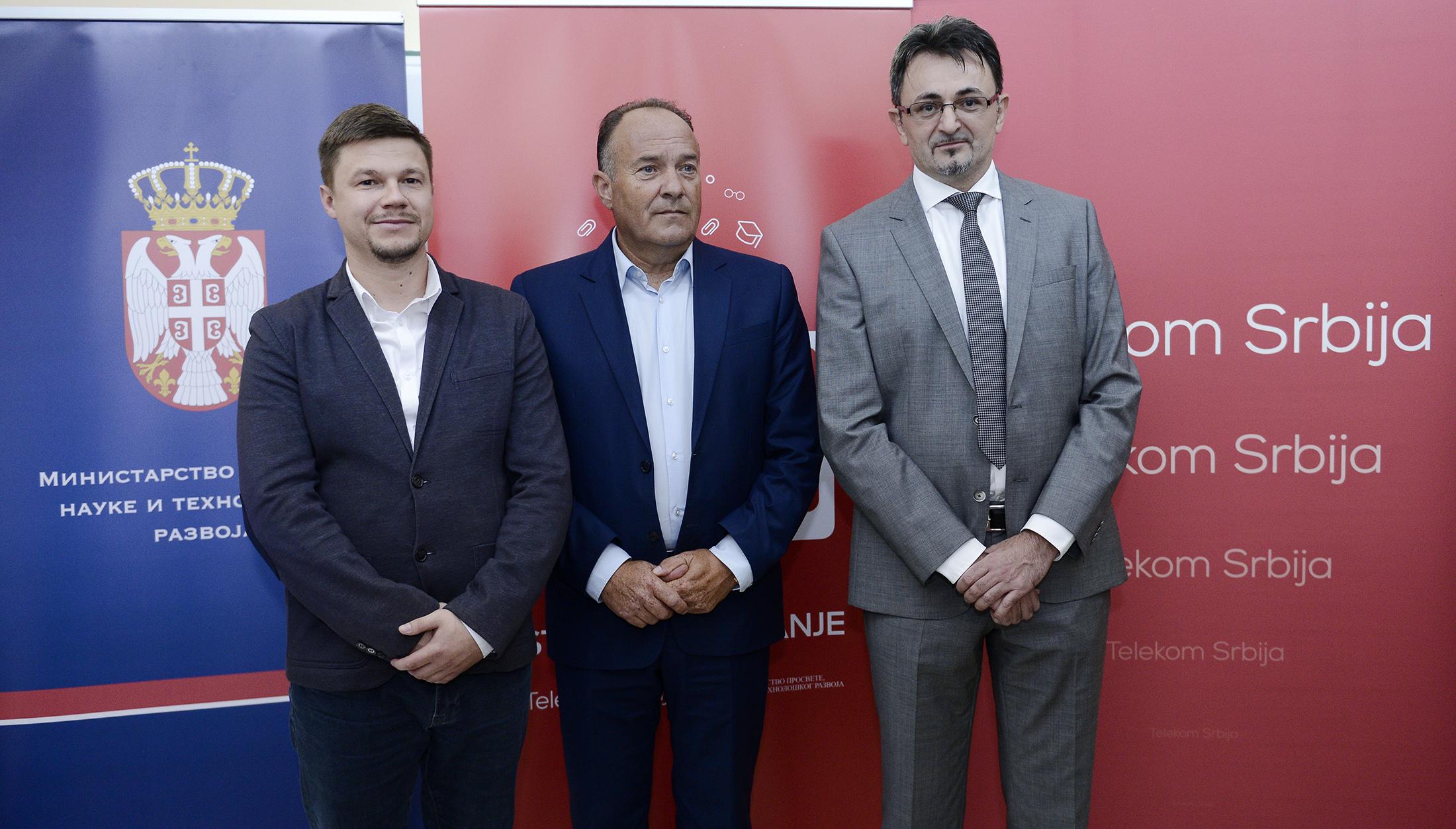 Direktor škole Valentin Sekereš, ministar Mladen Šarčević i direktor Telekoma Srbija Predrag Ćulibrk